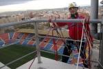 Trabajos verticales en edificio Arena  para retirar vinilo publicitario.